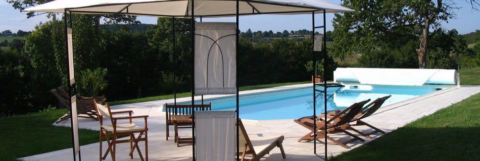 The private and heated swimming pool